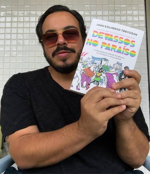 Luis Lobianco leva livro de João Silvério Trevisan para a votação do segundo turno