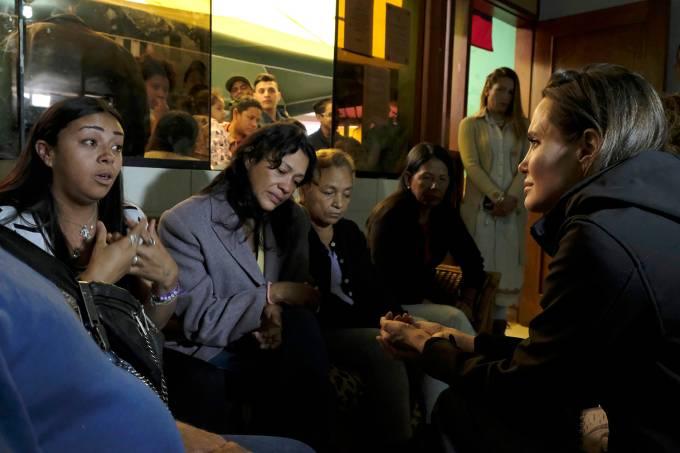 Angelina Jolie visita venezuelanos em Lima e governo Maduro critica