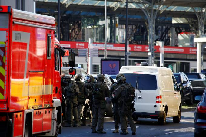Policiais em estação de trem em Colônia