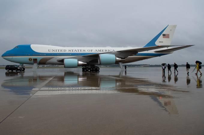 Avião em que Melania Trump viajava é forçado a pousar minutos após decolagem