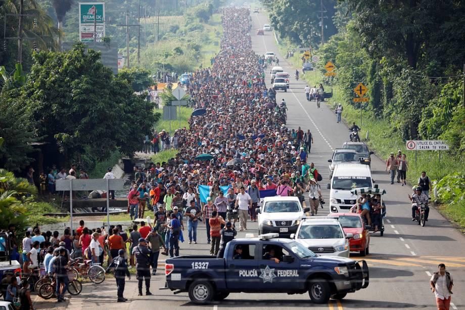 Imigrantes caminham por uma rodovia perto da fronteira com a Guatemala enquanto seguem seu caminho para tentar entrar nos Estados Unidos, em Tapachula, no México - 21/10/2018
