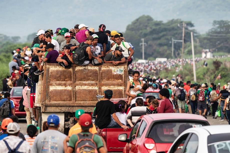Imigrantes hondurenhos pegam carona em caminhões na cidade de San Pedro Tapanatepec, sul do México, rumo aos Estados Unidos - 27/10/2018