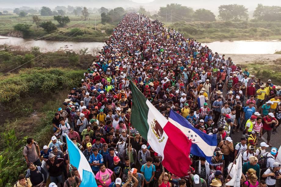 Vista aérea mostra caravana de imigrantes hondurenhos na cidade de San Pedro Tapanatepec, sul do México, rumo aos Estados Unidos - 27/10/2018