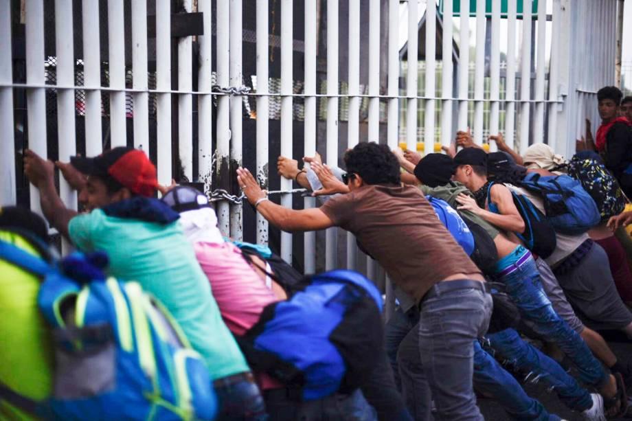 Novo grupo de imigrantes hondurenhos forçam portão na fronteira entre a Guatemala e o México - 28/10/2018