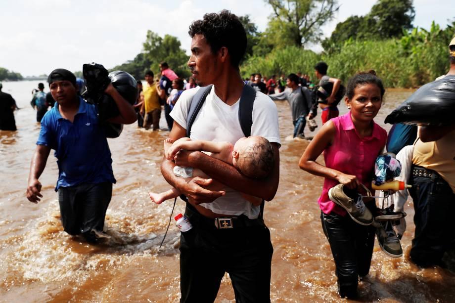 Novo grupo de imigrantes hondurenhos atravessam o rio Suchiate, na fronteira entre a Guatemala e o México - 29/10/2018