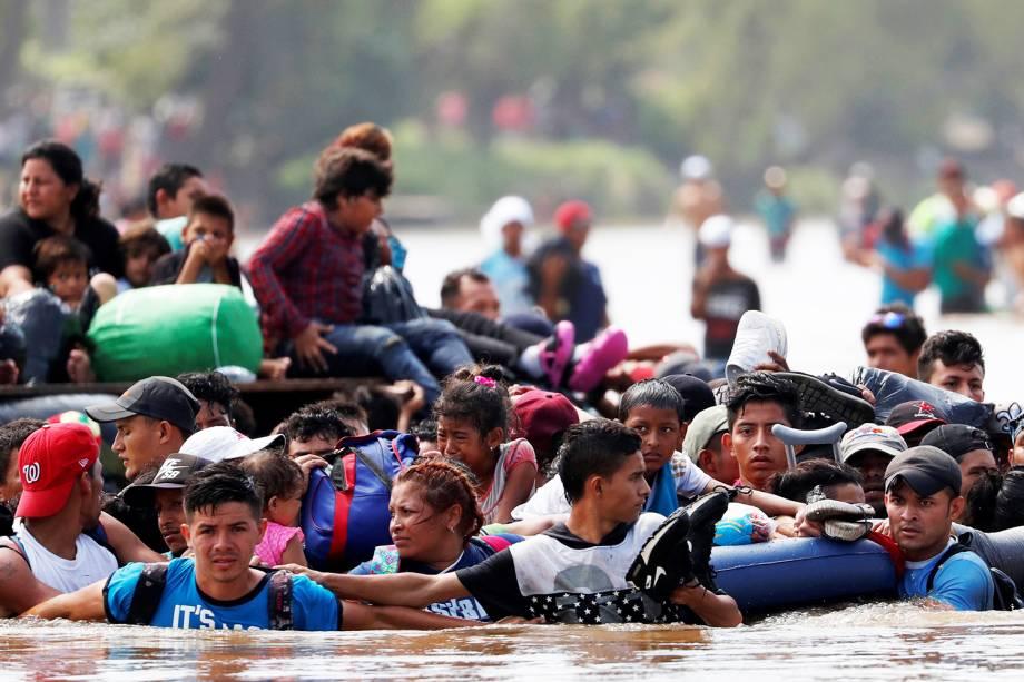 Novo grupo de imigrantes hondurenhos atravessam o rio Suchiate, localizado em Ciudad Hidalgo, no México, rumo aos Estados Unidos - 29/10/2018