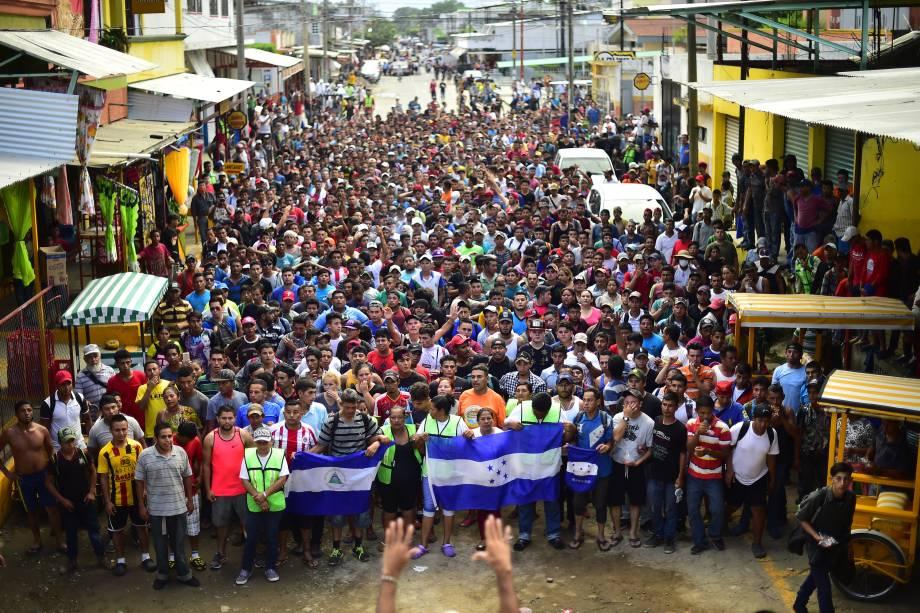 Imigrantes hondurenhos que se dirigem em caravana para os Estados Unidos realizam manifestação exigindo que as autoridades permitam que o resto do grupo atravesse em Ciudad Hidalgo, estado de Chiapas, no México, após a travessia da Guatemala - 20/10/2018
