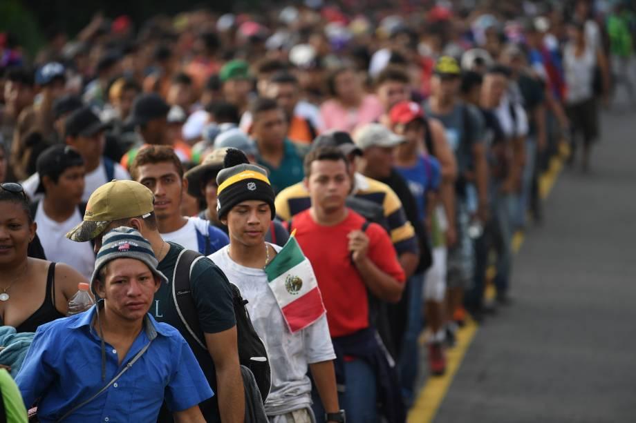 Imigrantes hondurenhos participam de uma caravana em direção aos Estados Unidos, na estrada que liga Ciudad Hidalgo e Tapachula, estado de Chiapas, México - 21/10/2018