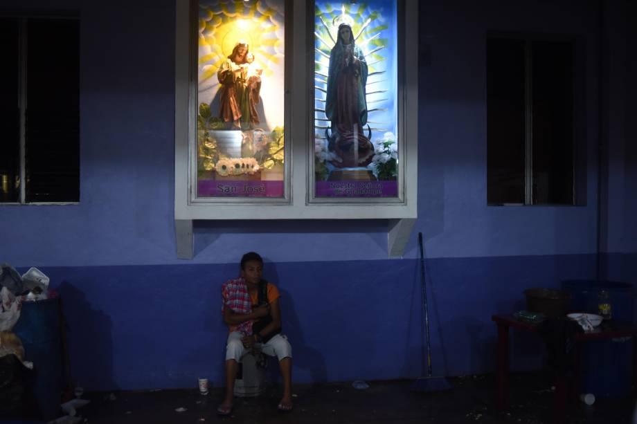"""Jjovem, integrante de um grupo de migrantes hondurenhos que segue em caravana para os Estados Unidos, fica na """"Igreja das Três Caidas"""", em Tecun Uman, na fronteira com o México - 18/10/2018"""