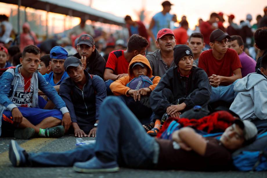 Imigrantes hondurenhos, parte de uma caravana que tenta chegar aos Estados Unidos, esperam a abertura do portão da ponte que liga o México e a Guatemala em Ciudad Hidalgo, México - 20/10/2018