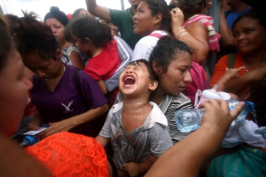 Imigrantes hondurenhos que tentam chegar nos Estados Unidos, se aglomeram em um posto de controle enquanto esperam pedir asilo no México em um posto de controle em Ciudad Hidalgo - 20/10/2018
