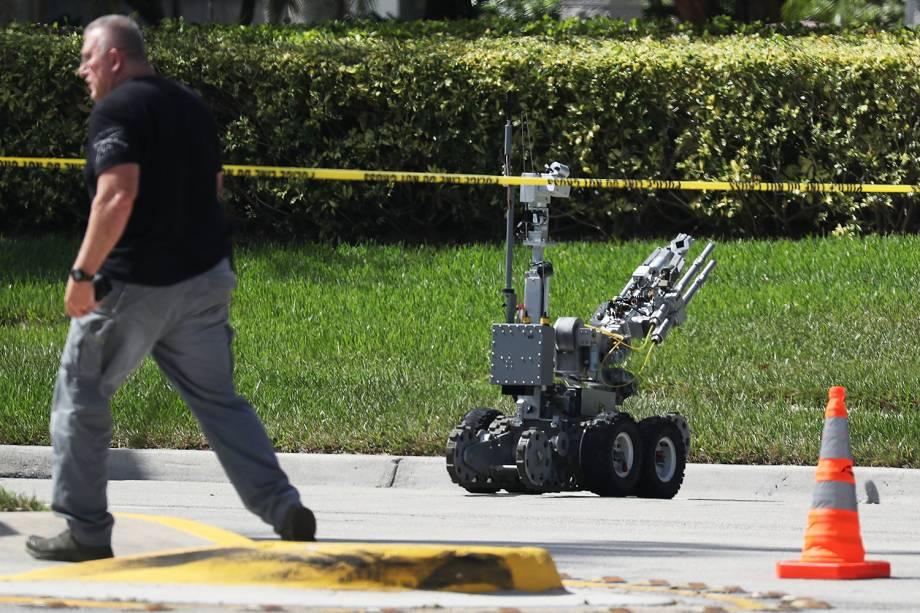 Robô inspeciona pacote suspeito em Sunrise, no estado americano da Florida - 24/10/2018