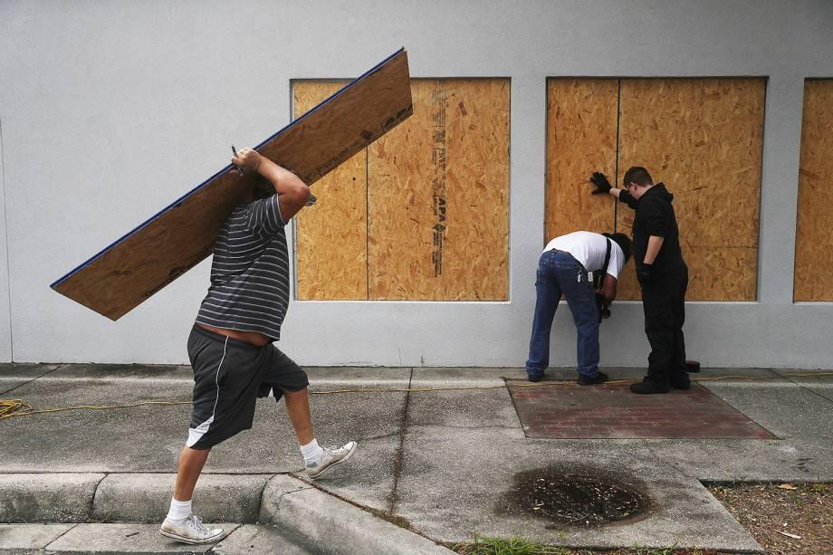 Moradores colocam tapumes de madeira em janelas antes da chegada do furacão Michael, em Port St. Joe, no estado americano da Flórida - 09/10/2018
