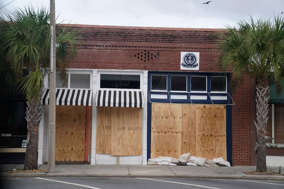 Tapumes de madeira e sacos de areia são colocados nas portas de estabelecimento comercial, antes da chegada do furacão Michael em Carrabelle, cidade localizada no estado americano da Flórida - 09/10/2018