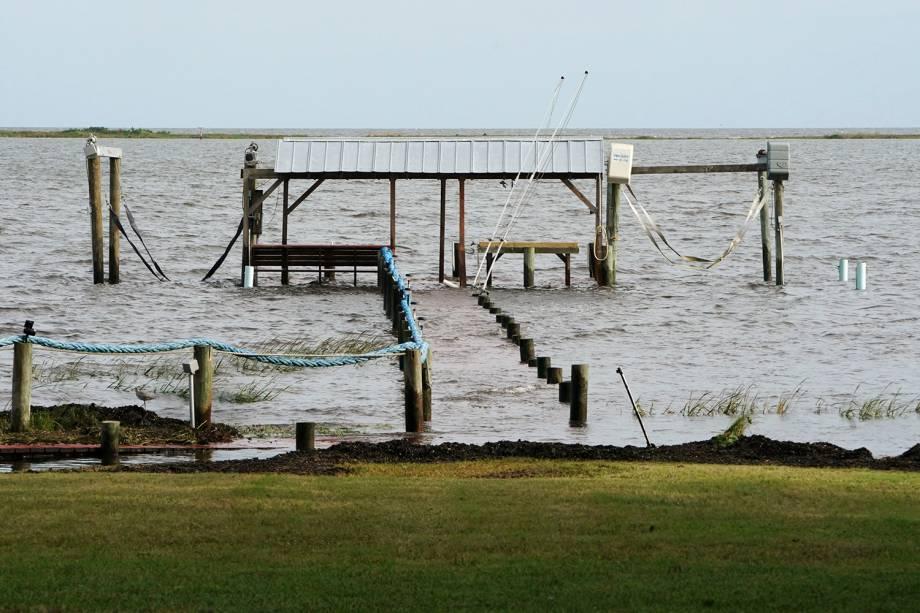Um porto é visto submerso durante a chegada do furacão Michael na cidade de Carrabelle, na Flórida - 09/10/2018