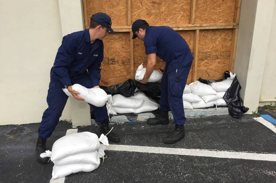 Nicholas Feder, marinheiro da Guarda Costeira Yankeetown e o bombeiro Richard Tzoumas-White, trabalham durante a preparação para a chegada do furacão Michael na Flórida - 08/10/2018