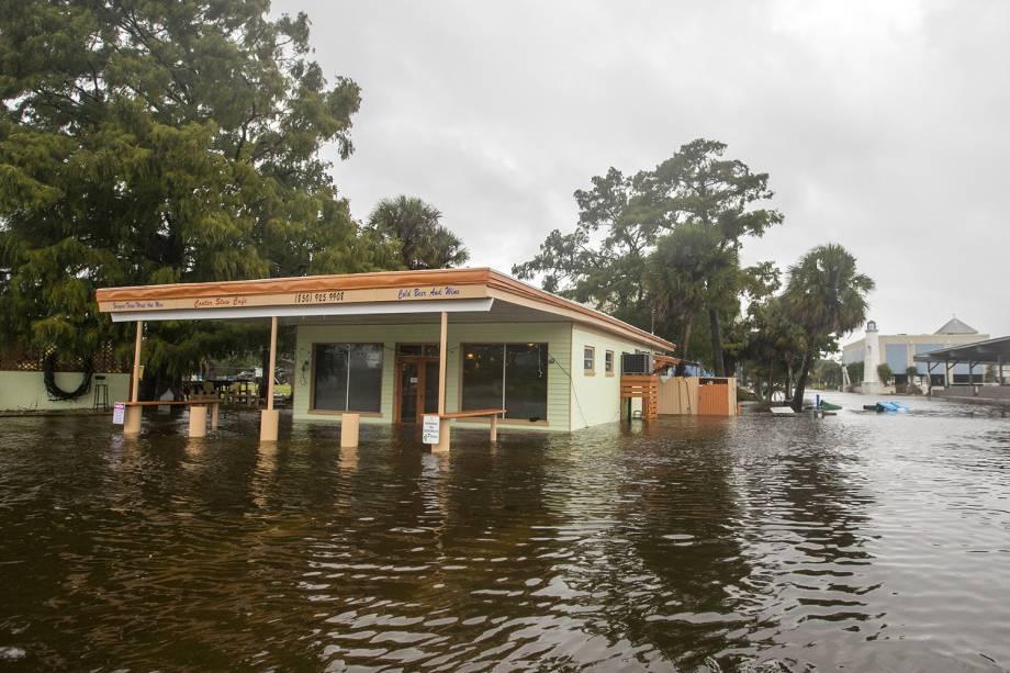 Estabelecimento comercial é inundado durante a passagem do furacão Michael, em Saint Marks, cidade localizada no estado americano da Flórida - 10/10/2018