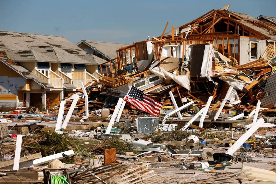 Bandeira dos Estados Unidos é vista sob escombros de casas destruídas após a passagem do furacão Michael em Mexico Beach, Flórida - 11/10/2018