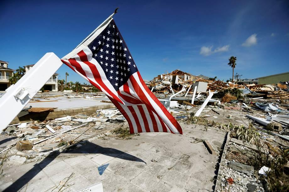 Bandeira dos Estados Unidos é vista próxima de casas destruídas após a passagem do furacão Michael em Mexico Beach, Flórida - 11/10/2018