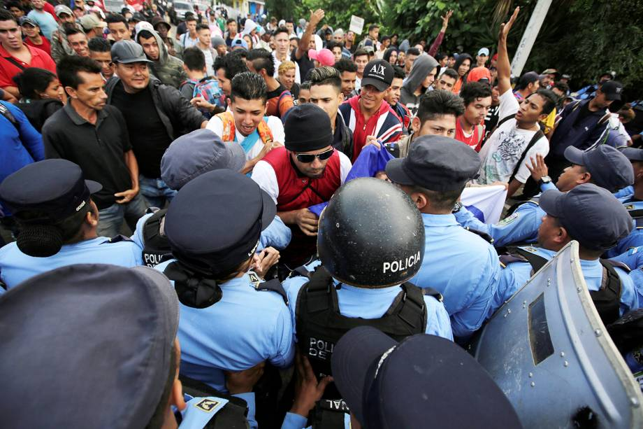 Imigrantes hondurenhos entram em confronto com policiais, forçando a entrada na fronteira de Honduras com a Guatemala, no território de Ocotepeque - 19/10/2018