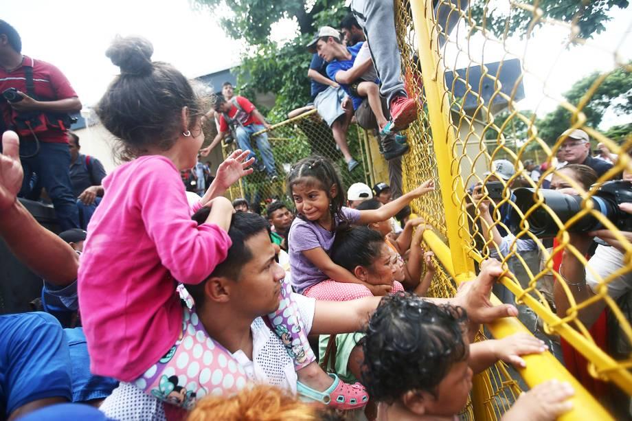 Imigrantes de Honduras em posto de controle entre Guatemala e México - 19/10/2018