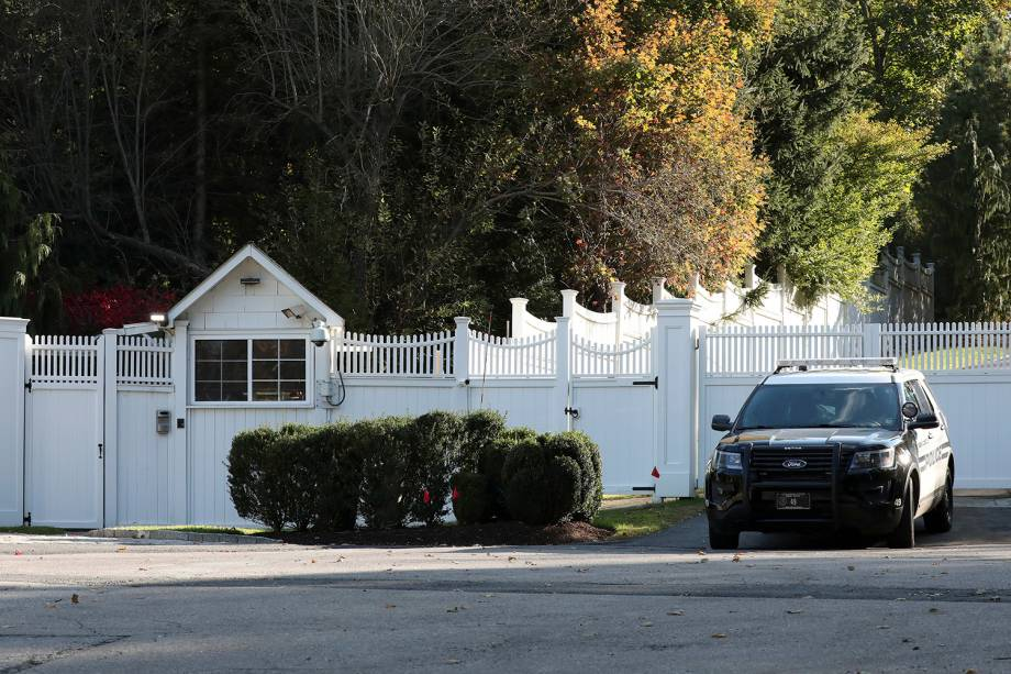 Um carro de polícia é visto na garagem da casa de Bill e Hillary Clinton em Chappaqua, Nova York, após uma ameaça de bomba - 24/10/2018