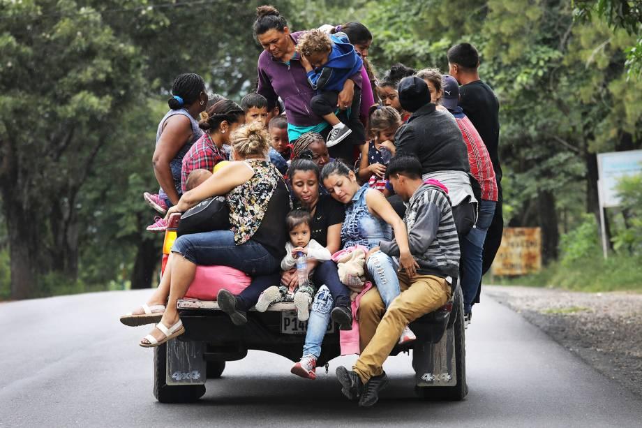 Migrantes hondurenhos seguem em caravana com destino ao Estados Unidos pela cidade de Quezaltepeque, Guatemala - 16/10/2018