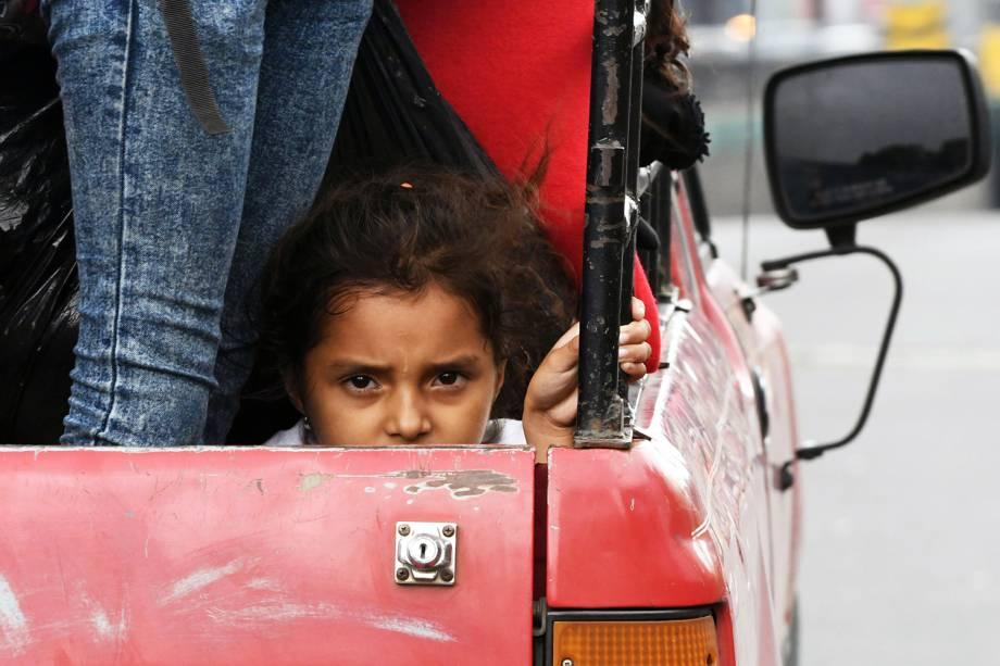 Menina hondurenha e sua família seguem de carro com a caravana que tem como destino os Estados Unidos - 17/10/2018