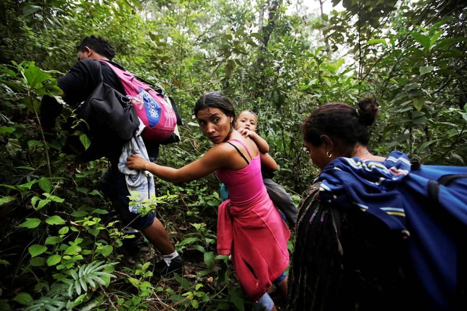 Migrantes hondurenhos andam por floresta após atravessar o rio Lempa deixando Honduras com destino aos Estados Unidos - 17/10/2018
