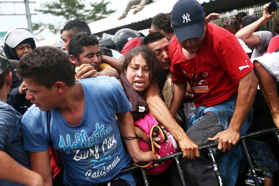 Migrantes hondurenhos tentam chegar a fronteira da Guatemala com o México - 19/10/2018