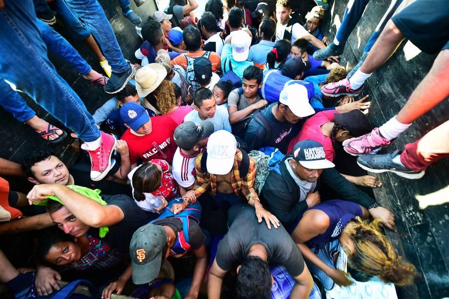 Imigrantes hondurenhos embarcam em caminhão rumo à Tapachula, no México - 22/10/2018