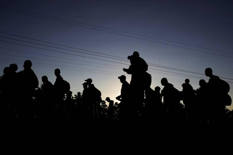 Migrantes hondurenhos atravessam a fronteira da Guatemala com o México, na altura da cidade de Tapachula - 22/10/2018