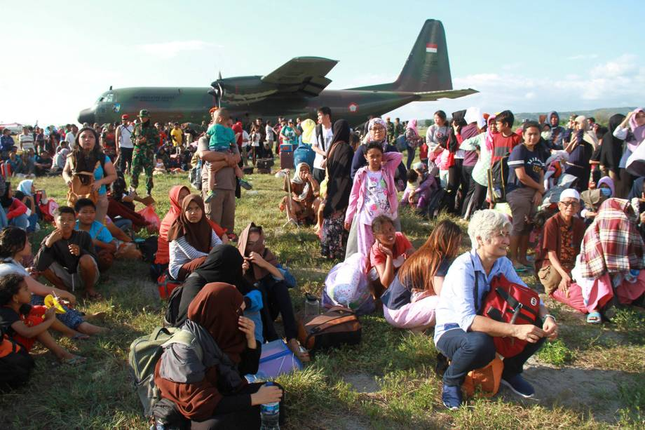Moradores que ficaram desabrigados após o terremoto e o tsunami na Indonésia, aguardam para serem levados da cidade de Palu por aviões militares no Aeroporto Mutiara Sis Al Jufri - 30/09/2018