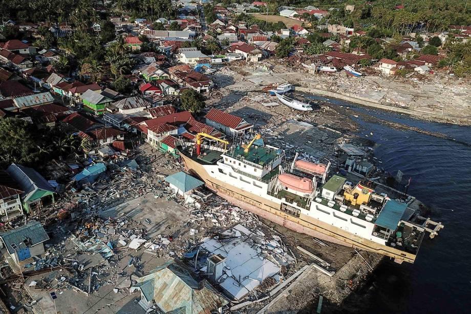 Navio é visto encalhado após a passagem de terremoto seguido de tsunami na região de Wani, na ilha de Celebes, Indonésia - 01/10/2018