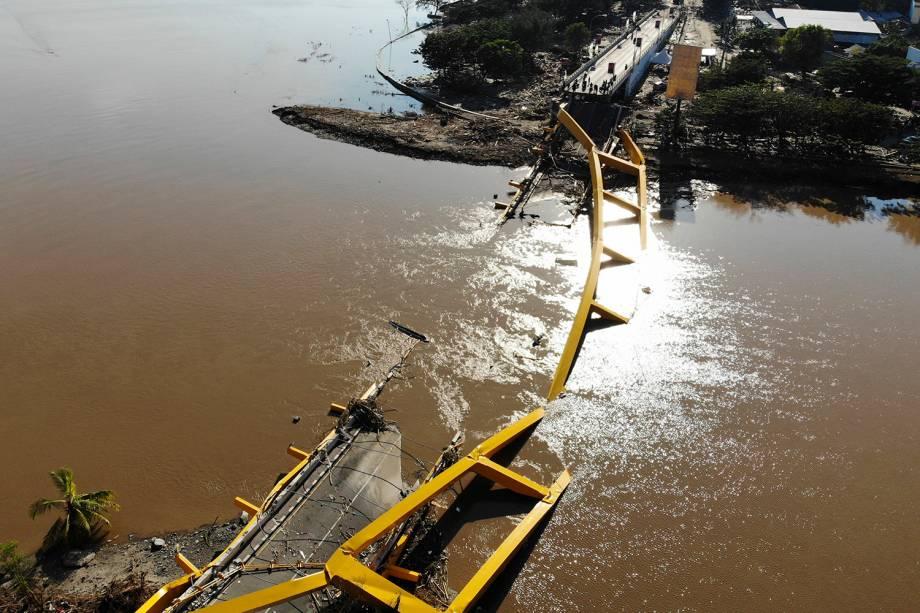 Uma ponte que cedeu após as fortes ondas causadas pelo tsunami, é vista submersa na cidade de Palu - 01/10/2018