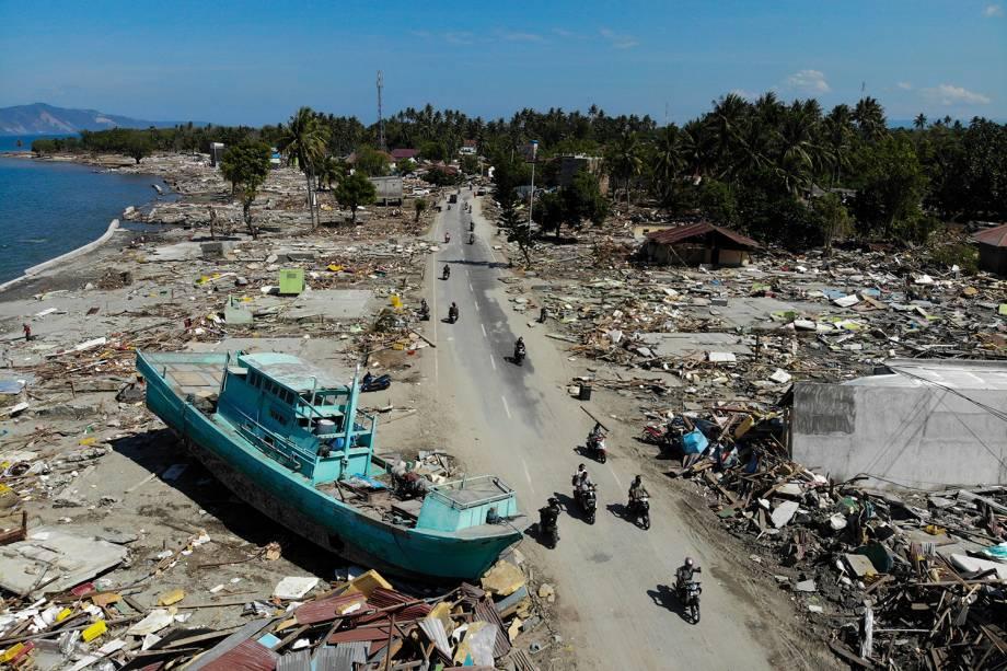 A imagem aérea mostra um barco que invadiu a costa após o tsunami causado pelo terremoto de 7,5 graus de magnitude na cidade de Palu, Indonésia - 01/10/2018