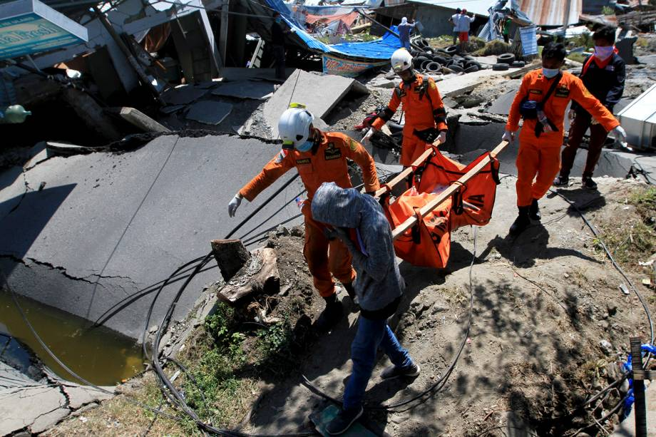 Equipe de resgate carregam um corpo encontrado nos escombros durante as missões de resgate em Petabo, ao sul de Palu, na Indonésia - 01/10/2018