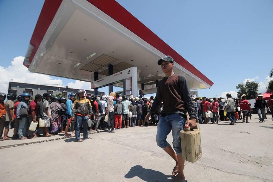 Moradores formam fila para conseguir combustível em um posto de gasolina na cidade de Palu, na Ilha de Sulawesi, Indonésia - 01/10/2018