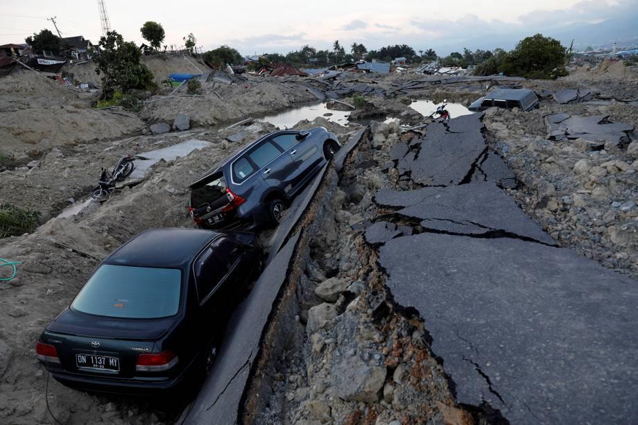 Carros são vistos em uma vala após a destruição do terreno em que estavam durante o terremoto que atingiu Palu, na Indonésia - 01/10/2018