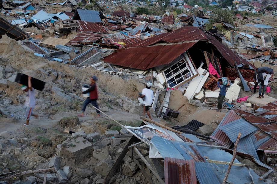 Residentes evacuam suas casas destruídas após o terremoto seguido de tsunami que afetou 1,5 milhão de pessoas na Indonésia - 01/10/2018