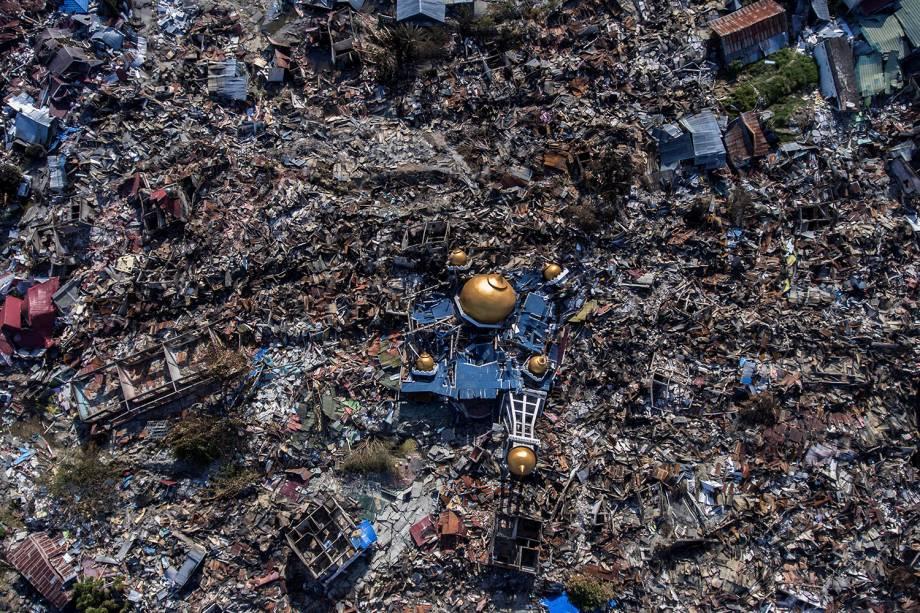 Foto aérea dá noção da destruição causada após o terremoto de 7,5 graus de magnitude seguido de tsunami, em Palu, no centro de Sulawesi, na Indonésia - 01/10/2018
