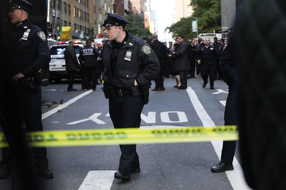 Policiais realizam patrulha em frente ao Time Warner Center, em Nova York, após pacotes suspeitos serem enviados para o local - 24/10/2018