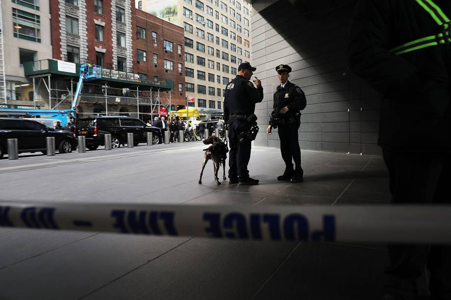 Policiais realizam patrulha nos arredores do Time Warner Center, em Nova York, após pacotes suspeitos serem enviados ao local - 24/10/2018