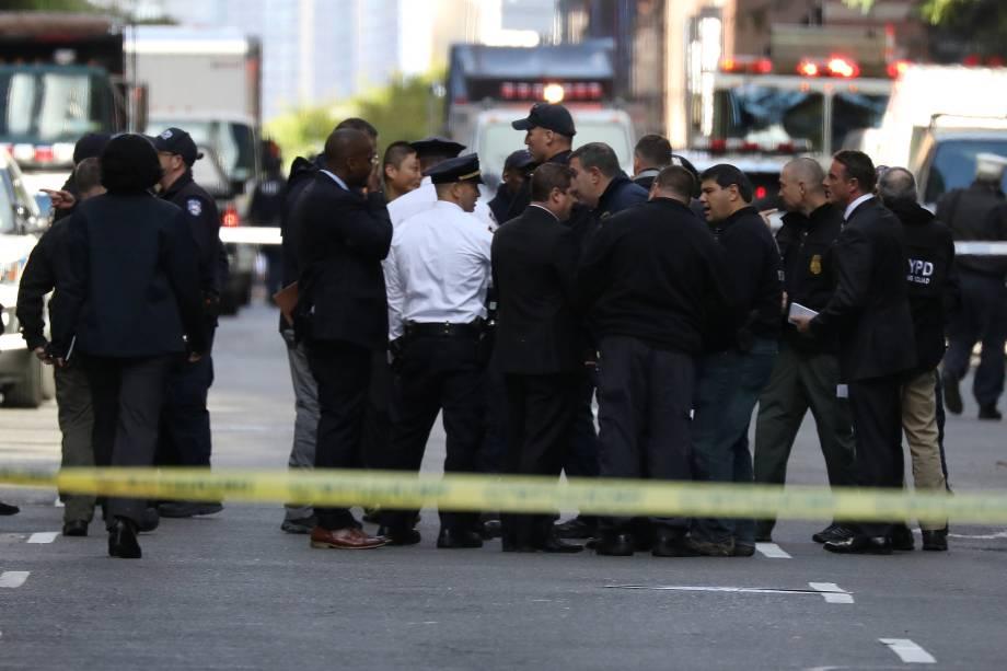 Polícia fica do lado de fora do Time Warner Center, no bairro de Manhattan em Nova York, depois que um pacote suspeito foi encontrado dentro da sede da CNN - 24/10/2018
