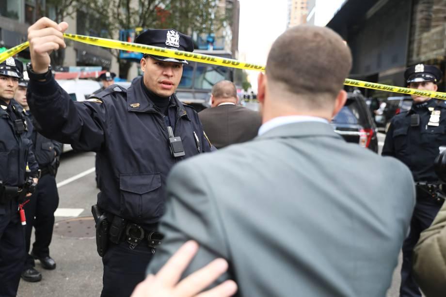 Polícia isola a área no entorno do Time Warner Center no bairro de Manahattan, em Nova York, depois que um pacote suspeito foi encontrado dentro da sede da CNN - 24/10/2018