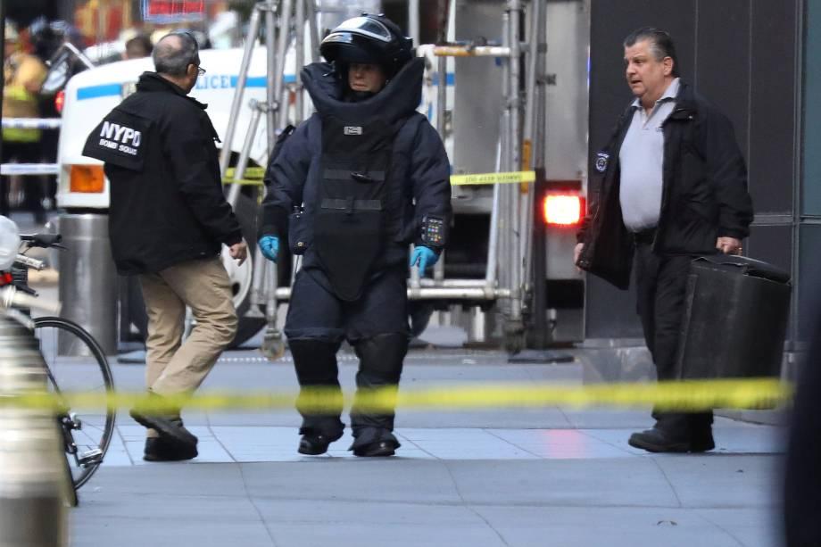Membro do esquadrão antibombas do Departamento de Polícia de Nova York é fotografado em frente ao Time Warner Center  em Nova York, depois que um pacote suspeito foi encontrado na sede da CNN - 24/10/2018