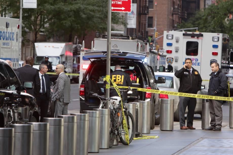 Agentes do FBI isolam a área no entorno do Time Warner Center no bairro de Manahattan, em Nova York, depois que um pacote suspeito foi encontrado dentro da sede da CNN - 24/10/2018