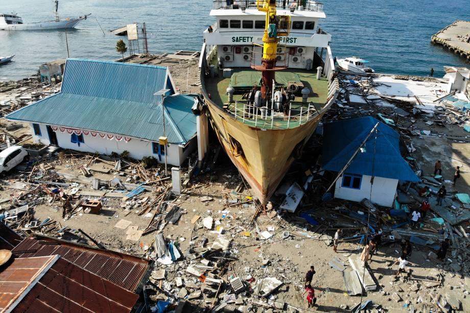Uma balsa de passageiros foi levada para terra firme em prédios em Wani, na região central de Celebes da Indonésia, depois que um terremoto e um tsunami atingiram a área - 03/10/2018