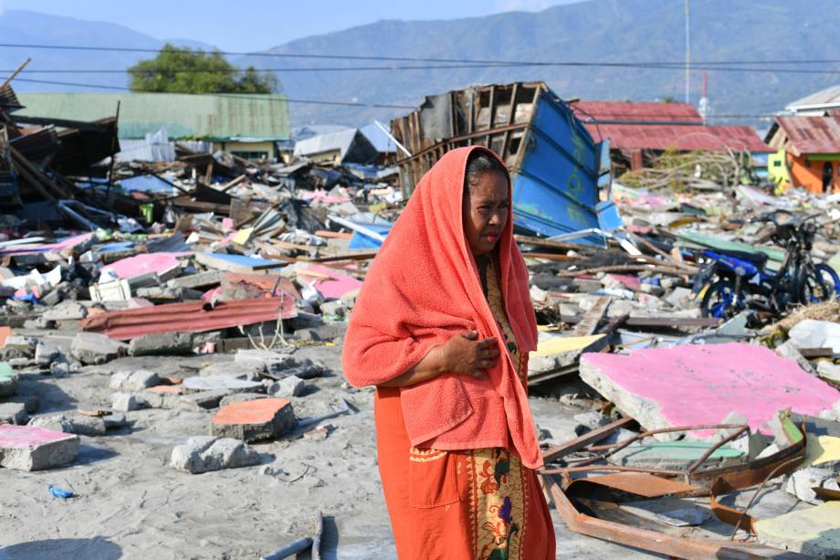 Mulher caminha na área onde ficava sua casa no subdistrito de Lere em Palu, na Indonésia. Cerca de 1400 pessoas morreram no terremoto seguido de tsunami que atingiram a região - 03/10/2018