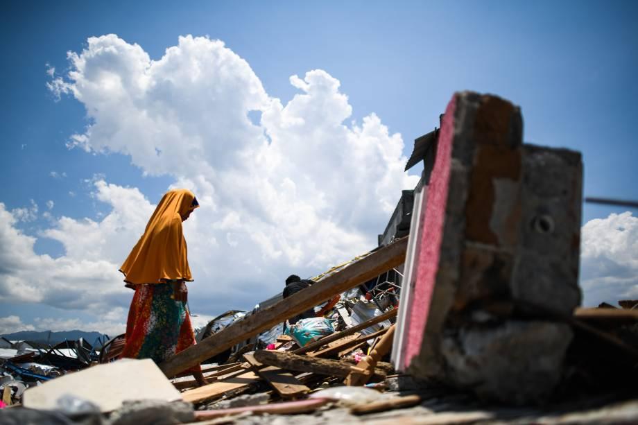 Sobrevivente do terremoto caminha sobre os escombros de um complexo fabril em Palu, na Indonésia após o local ser destruído por um terremoto seguido de tsunami - 03/10/2018